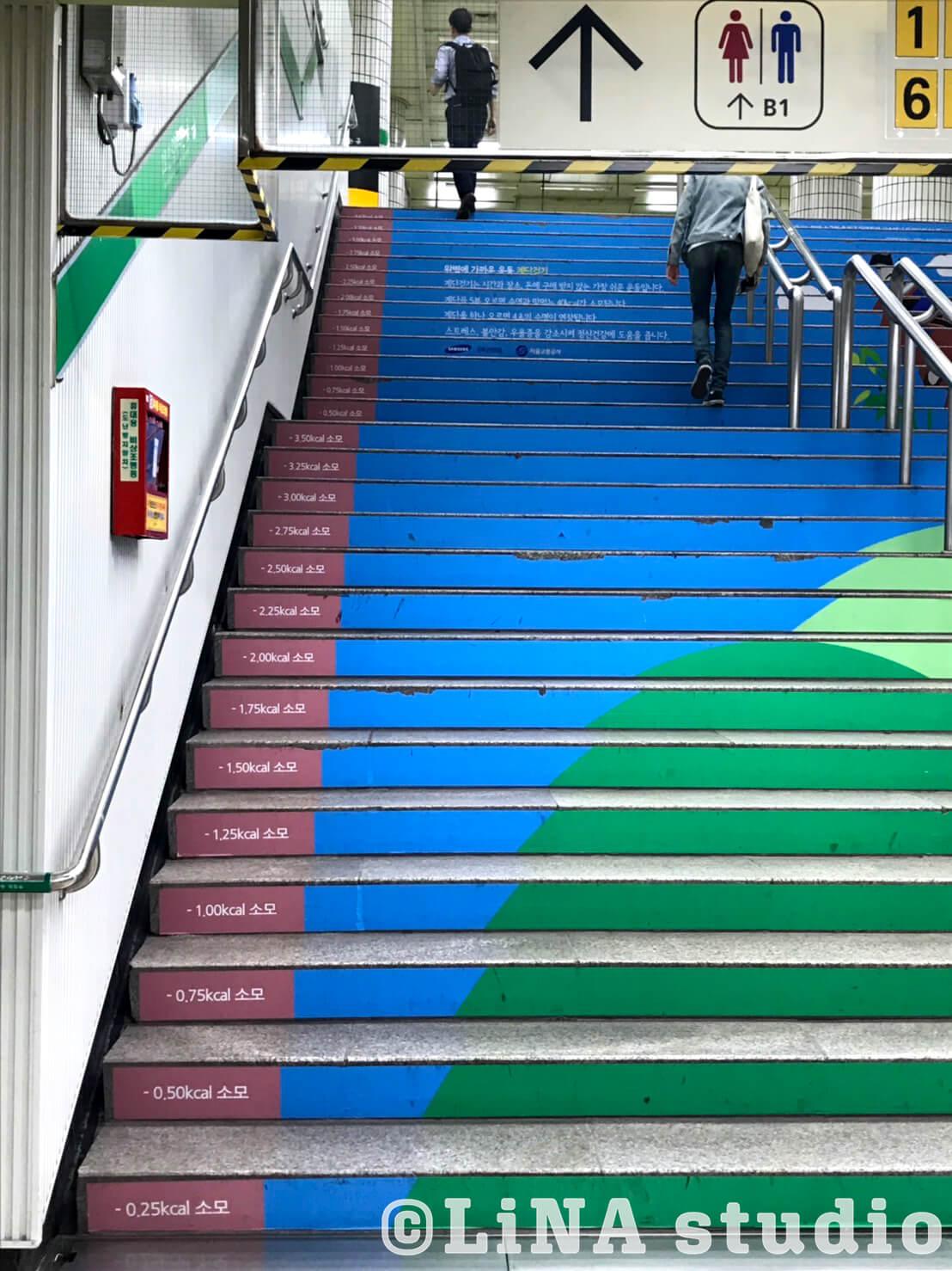 韓国地下鉄階段広告_02
