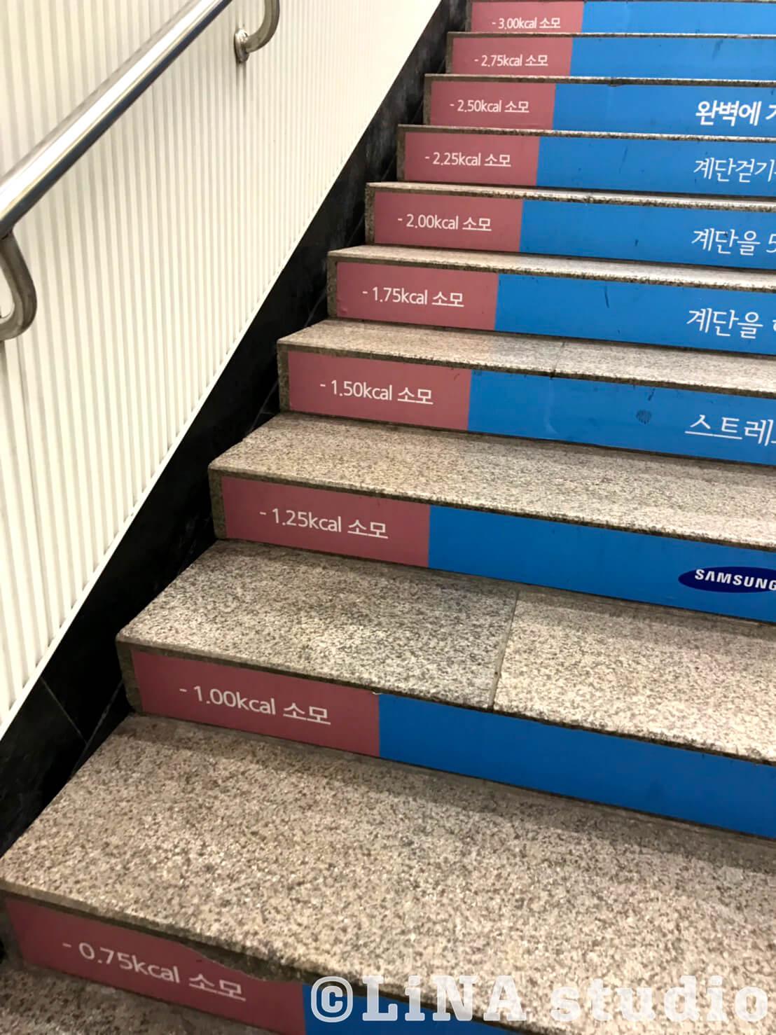 韓国地下鉄階段広告_03