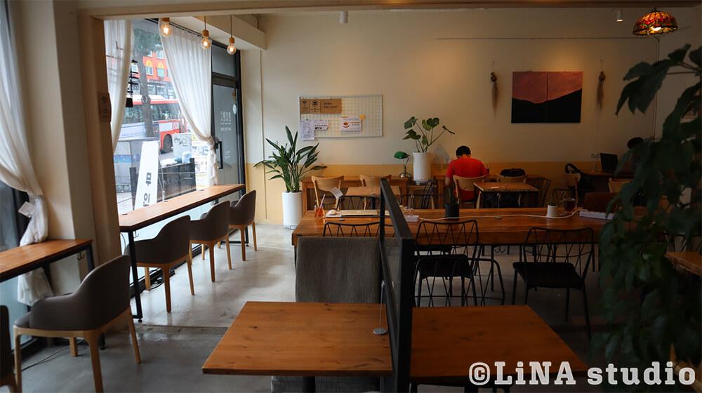 韓国新村24時間無人カフェ座席