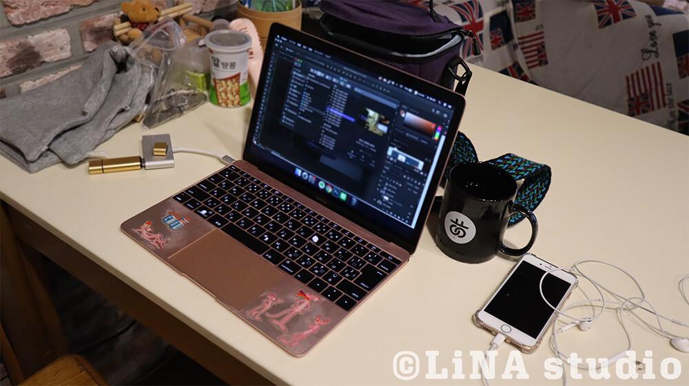韓国Uwaゲストハウス_PC作業中